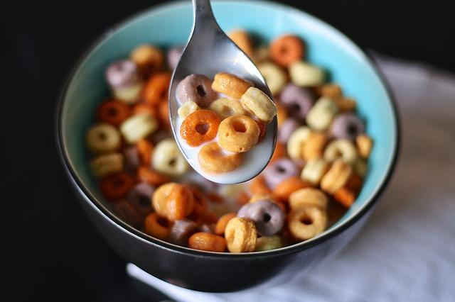 פרסומות לדגני בוקר עם הרבה סוכר משפיעות לרעה על הילדים, ומעלות את הסיכון להשמנת יתר וסרטן