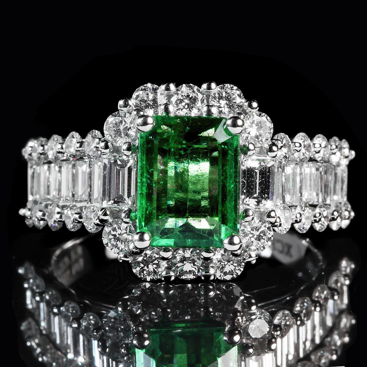 מה ההבדל בין יהלומים בחיתוך אמרלד ואבני אמרלד?