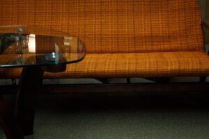 4 דרכים לעצב את הסלון עם ספה חומה ונוחה